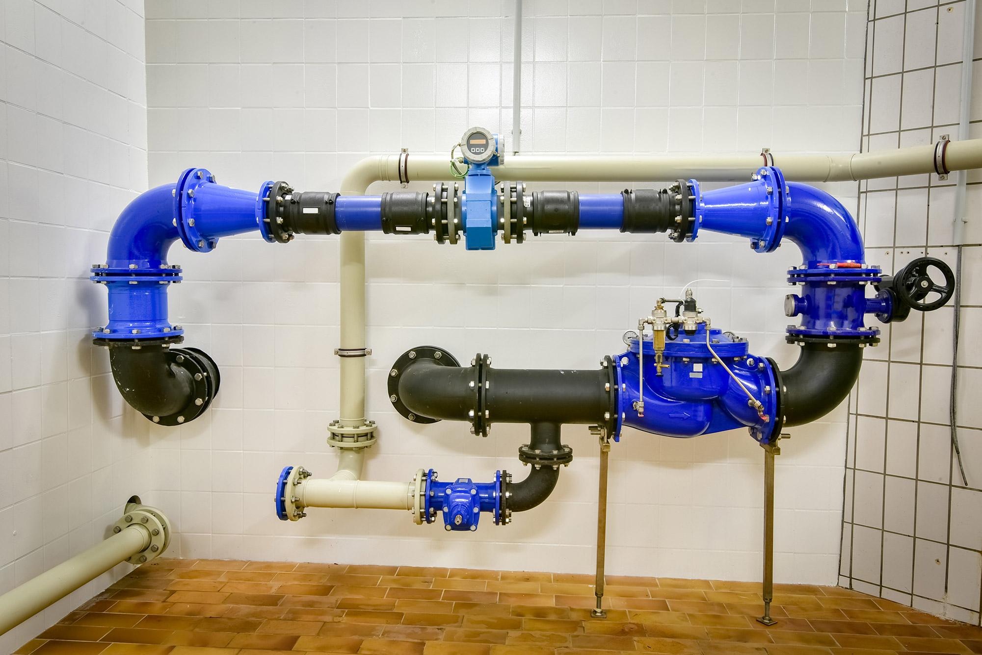 Es sind Rohre einer Trinkwasseranlage in einem Wohngebäude zu sehen.