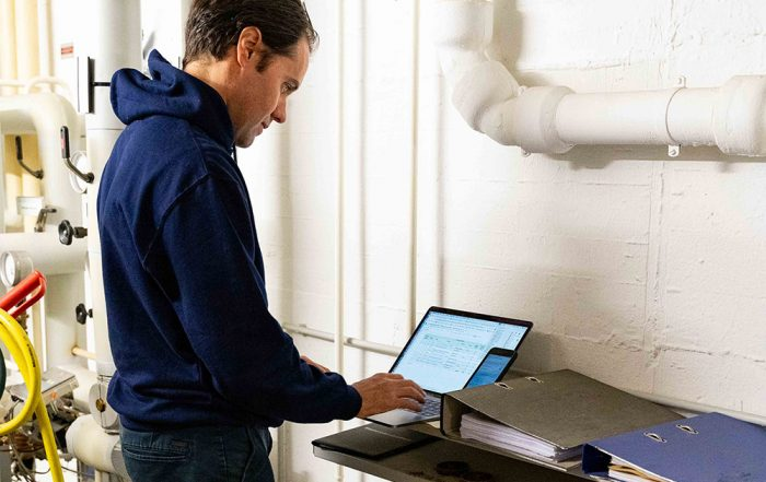 Das Foto zeigt unseren Kollegen Samuel Billot bei der Installation unserer Lösung.