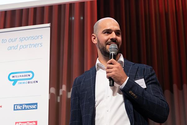 Yannick Bollhorst auf der Bühne beim apti Award 2020.