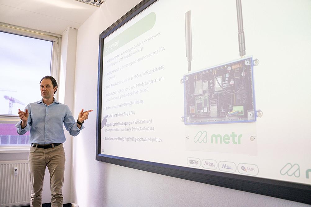 Unser Kollege Yannick Bollhorst erklärt den Technikern von ELMATIC, wie das m-gate an einen vorhandenen Knoten angeschlossen werden muss.
