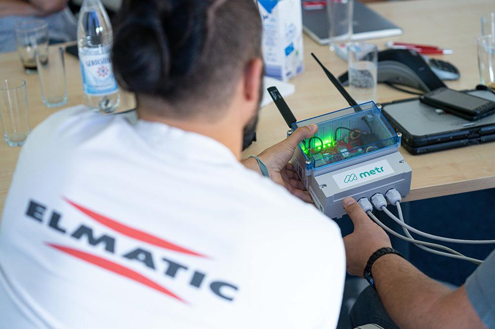 Ein Mitarbeiter von ELMATIC schaut sich unser m-gate an.