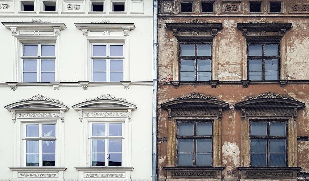 Ein Gebäude unter Denkmalschutz und ein saniertes